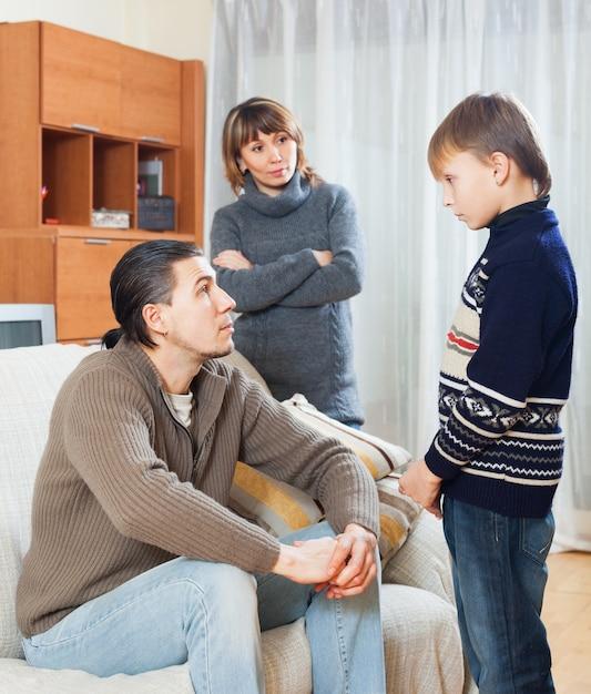 Parents réprimandant son fils adolescent Photo gratuit