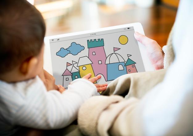 Les parents utilisent le partage d'appareils numériques avec leurs enfants. Photo Premium