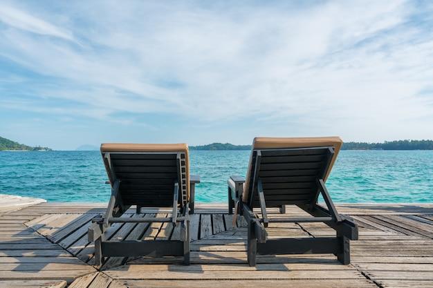 Parfait paradis tropical plage d'été avec des chaises longues à la station à phuket Photo Premium
