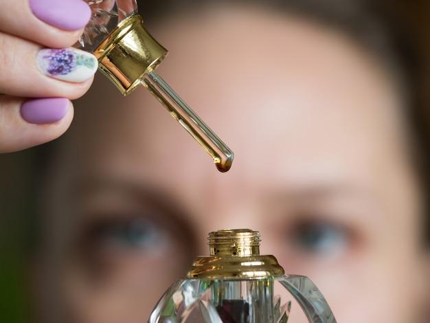 Parfum Arabe Oud Attar Ou Parfums D'huile De Bois D'agar Dans Des Bouteilles En Verre. Une Goutte De Parfum Sur Un Bâton De Verre. Photo Premium