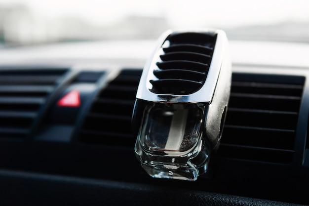 Parfum Dans Un Bocal En Verre Pour Voitures. Odeur Fraîche Dans La Voiture Photo Premium