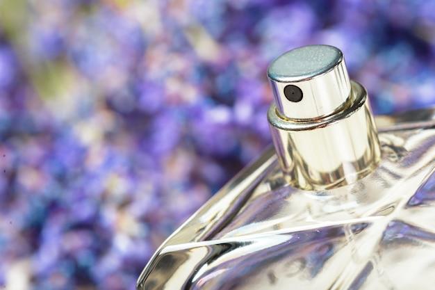 Parfum de femme en belle bouteille et fleurs de lavande Photo Premium