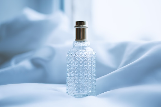 Parfum Et Tissu Blanc En Vagues Photo Premium