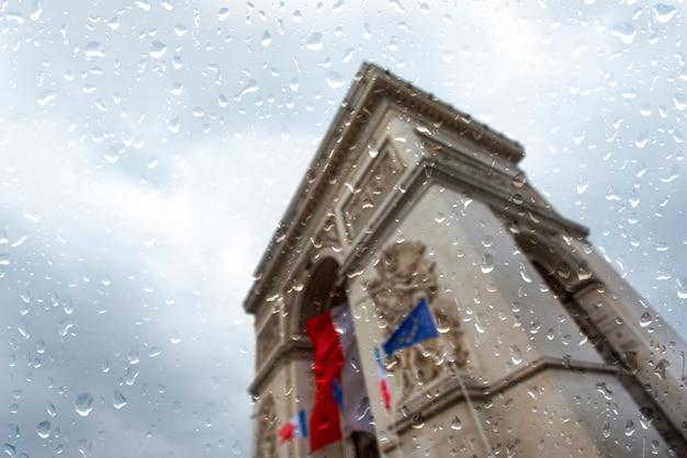 Paris sous une pluie battante, il pleut jour à paris, gouttes sur la fenêtre Photo Premium