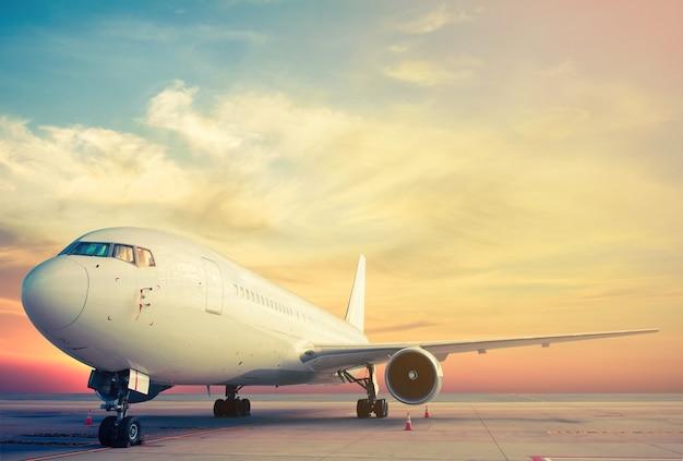 Parking d'avion avec coucher de soleil Photo Premium