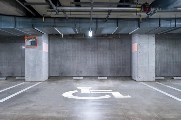 Parking souterrain pour handicapés Photo Premium