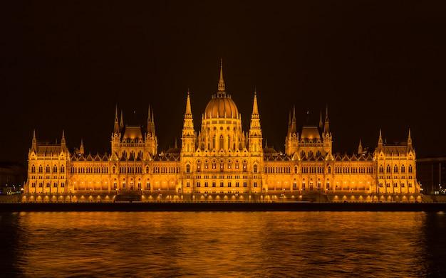Parlement de budapest la nuit Photo Premium