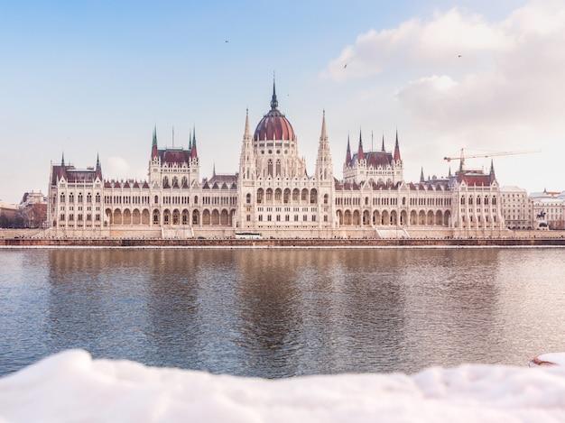 Parlement hongrois en hiver. neige, mensonge, bord, rivière, budapest, hongrie Photo Premium