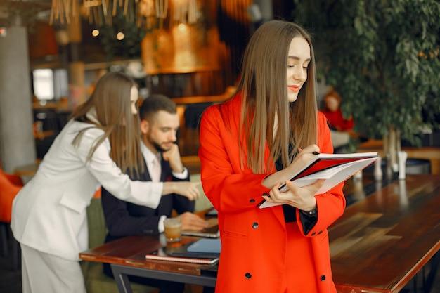 Partenaires assis à table et travaillant dans un café Photo gratuit