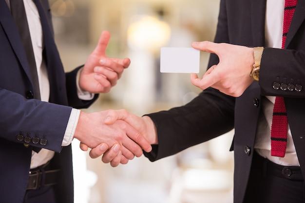 Les partenaires commerciaux changent les cartes de visite. Photo Premium