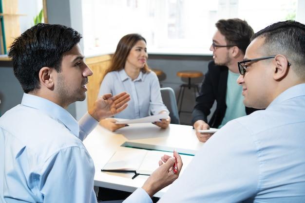 Partenaires commerciaux en discussion Photo gratuit