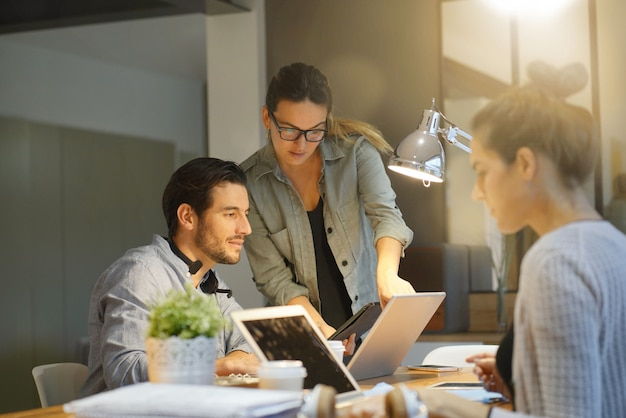 Partenaires commerciaux passant en revue le projet dans un espace de travail commun Photo Premium