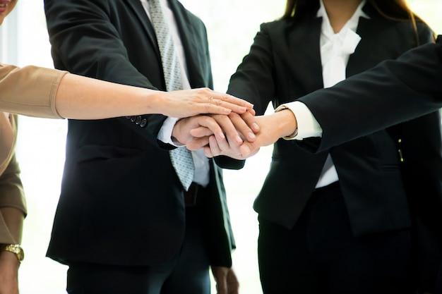 Partenaires commerciaux se serrant la main pour saluer le lancement d'un nouveau projet Photo Premium
