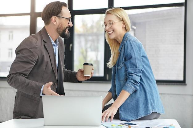 Partenaires Commerciaux Travaillant Au Bureau Photo gratuit