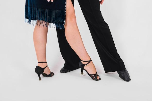 Partenaires de culture pointant vers les orteils pendant la danse Photo gratuit