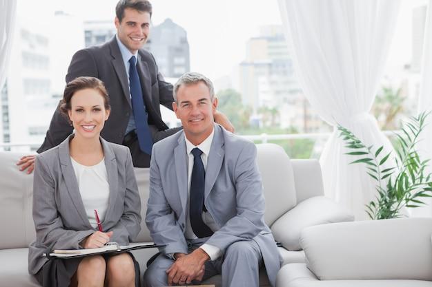 Partenaires souriants posant tout en ayant une réunion Photo Premium