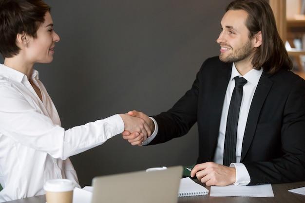 Partenariat d'affaires après la conclusion d'un accord Photo gratuit