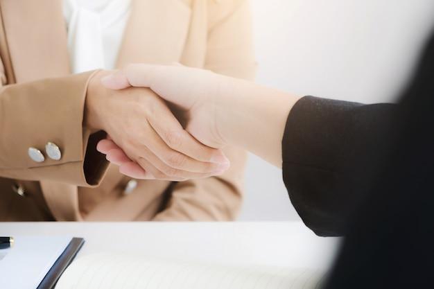 Partenariat d'affaires se serrant la main accord accord Photo Premium