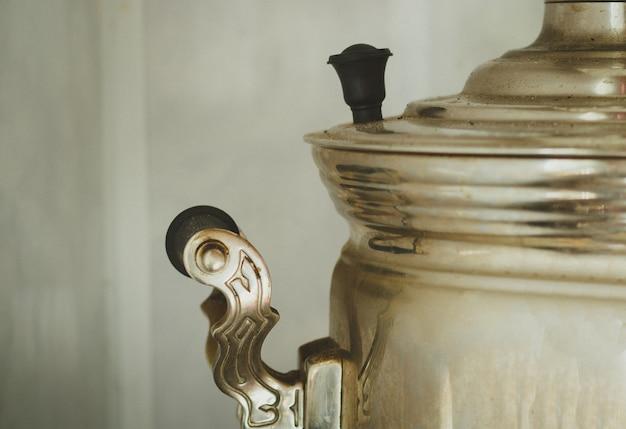 Une partie de l'ancien samovar russe en métal Photo Premium