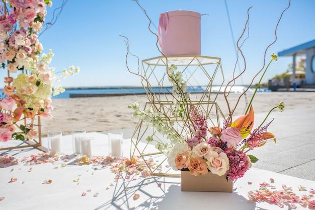 Partie de l'arc de mariage décorée de fleurs fraîches Photo Premium
