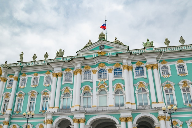 Partie du palais d'hiver à sankt peterburg, en russie Photo Premium