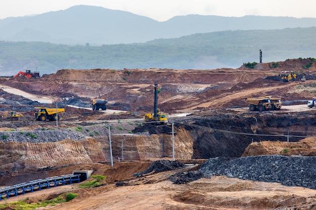 Partie d'une fosse avec gros camion minier travaillant Photo Premium