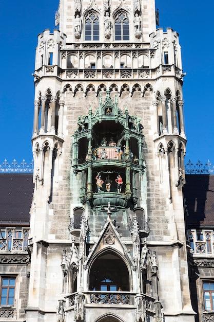 Partie De L'hôtel De Ville Médiéval Avec Des Flèches Munich Allemagne. Photo Premium