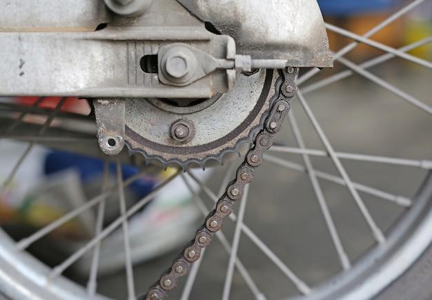 Partie d'un moteur de moto en réparation des dommages Photo Premium