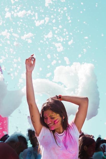 Partie de mousse sur la jeune fille dansant à la fête de holi Photo gratuit