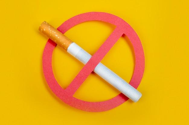 Pas de fumée. ne pas fumer. arrêtez votre mauvaise santé. sur jaune Photo Premium