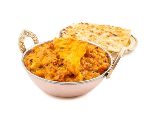 Pasanda paneer doux et épicé de cuisine indienne servi avec naan à l'ail sur fond blanc Photo Premium