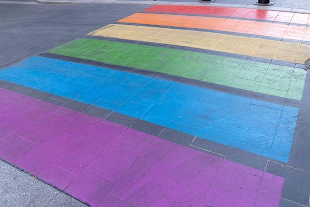 Passage urbain gay friendly dans le drapeau arc en ciel passage pour piétons lgbt Photo Premium