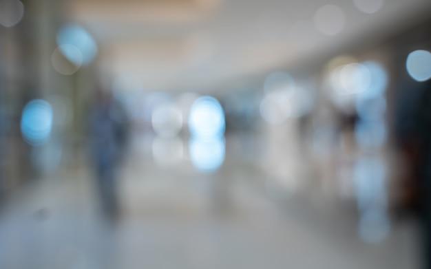 Passager à l'aéroport terminal fond flou Photo Premium