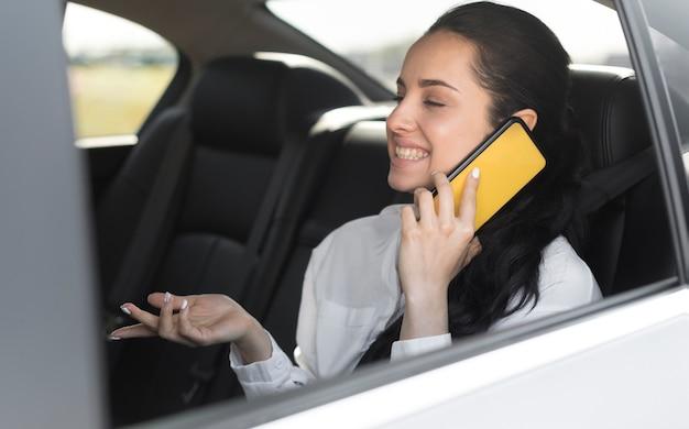 Passager Assis Dans La Voiture Et Parler Au Téléphone Photo gratuit
