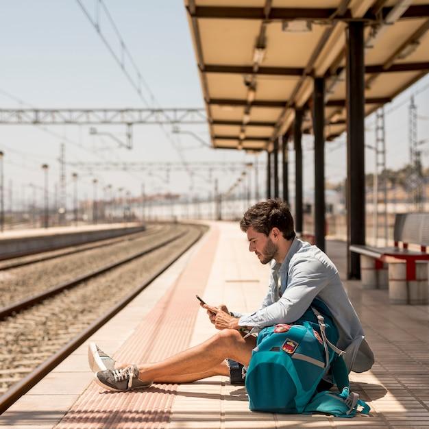 Passager assis sur le sol Photo gratuit