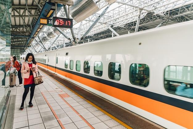 Passagère en attente du train à grande vitesse de taiwan. Photo Premium