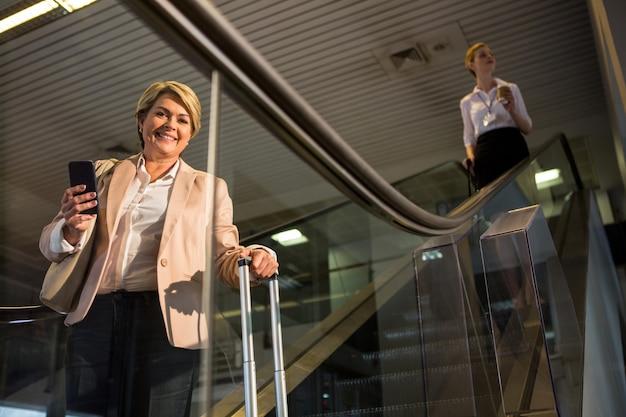 Passagère Descendant De L'escalator Photo gratuit