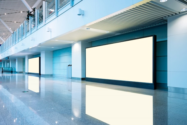 Les passagers de l'aéroport et le panneau d'affichage vide Photo Premium
