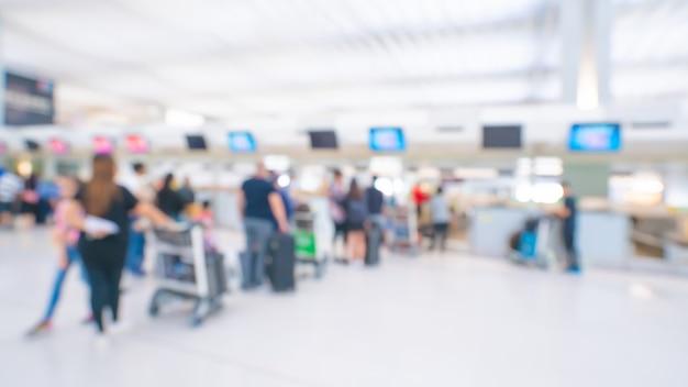 Passagers à L'aéroport Terminal Fond Flou Photo Premium