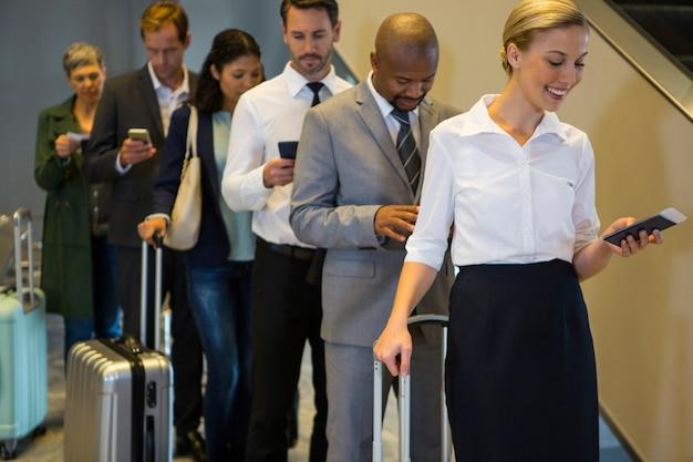 Les Passagers Debout Dans Une File D'attente Photo gratuit