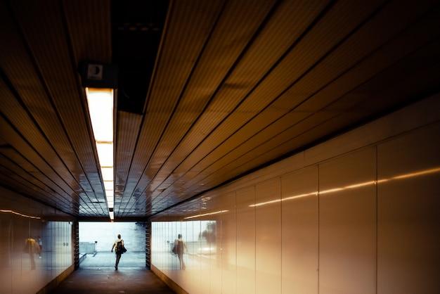 Passagers pressés au bout d'un tunnel à l'entrée de la station de métro. Photo Premium