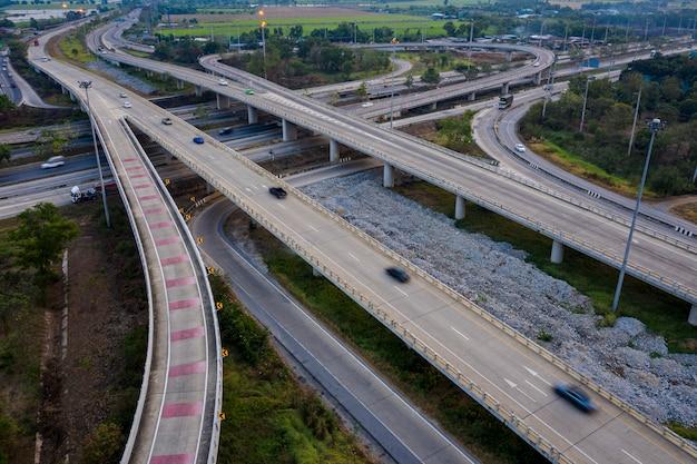 Passages aériens d'autoroute d'échange et vue sur la rocade autoroutière Photo Premium