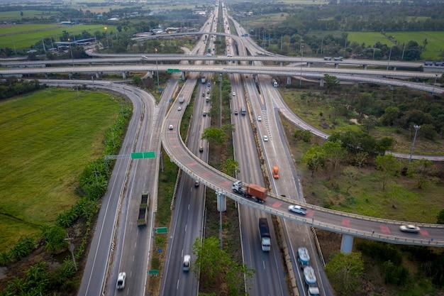 Passages aériens d'autoroutes d'échange de vues aériennes et rocade d'autoroute reliant le concept de logistique de transport urbain en thaïlande Photo Premium