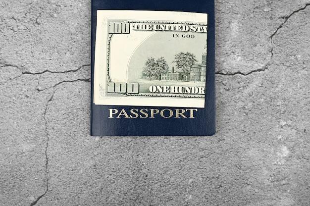 Passeport Et Argent. Mise à Plat. Place Pour Une Inscription. Visa à L'étranger. Chère Immigration. Photo Premium