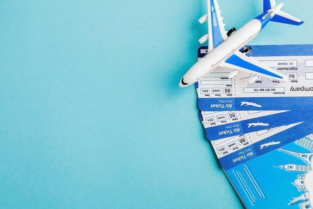 Passeport, Avion Et Billet D'avion Sur Fond Bleu. Concept De Voyage, Espace Copie Photo Premium