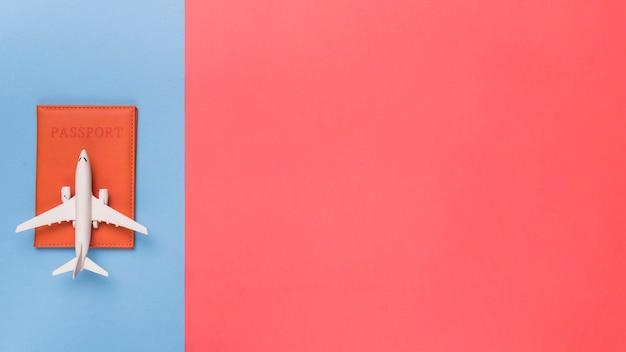 Passeport et avion sur fond de couleur différente Photo gratuit