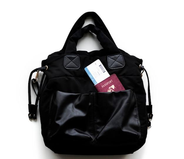 Passeport et carte d'embarquement dans un sac à main Photo gratuit