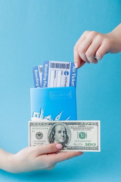 Passeport, dollars et billet d'avion dans la main de la femme. concept de voyage Photo Premium