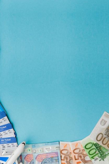 Passeport, dollars et euros, billet d'avion et d'avion bleu. voyage, copyspace Photo Premium