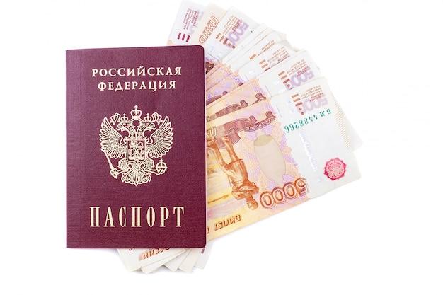 Passeport russe et billets de banque en roubles Photo Premium
